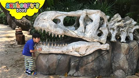 Silly Toddler in Jurassic Park - Universal Studios Theme