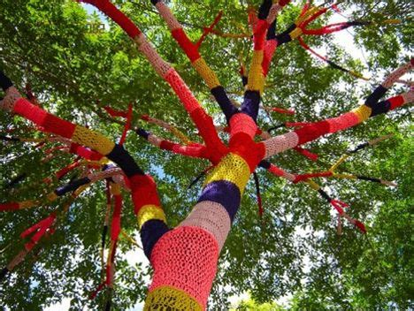 """""""Yarn Bombing"""" Graffiti Cozies Up Cold Cityscapes   TreeHugger"""